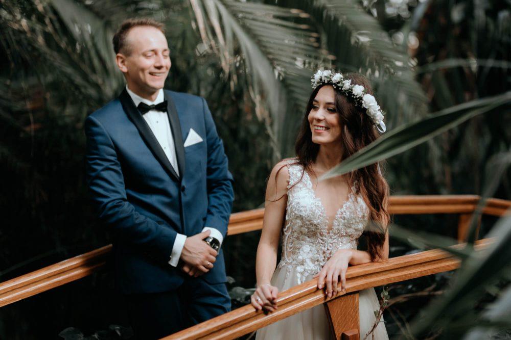 Sesja ślubna w Palmiarni, para na mostku